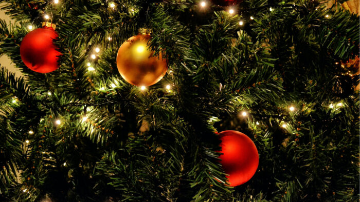 Are You Hanging Your Xmas Tree Lights Wrong 95 7 The Rock